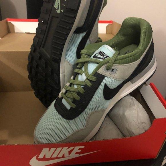 Nike Womans 8.5  ( Retro)